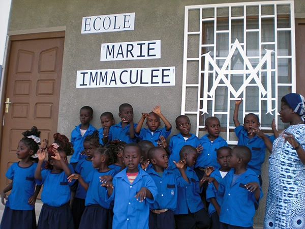 Niños en la entrada de la Escuela