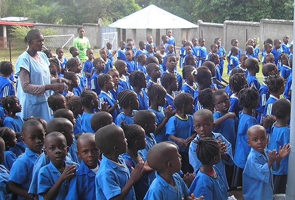 Niños en la oración de la mañana antes de comenzar las clases