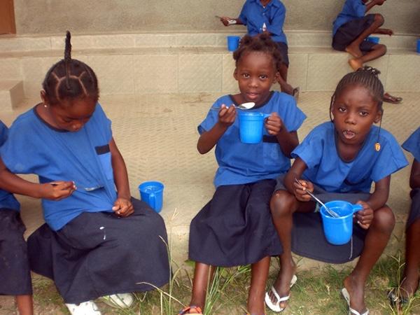 Niños tomando el alimento diario