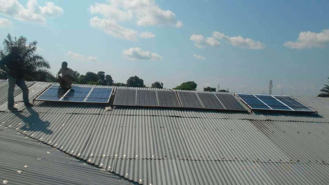 Instalación de los dos módulos de placas solares